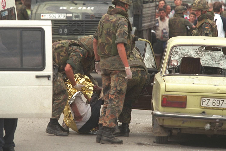 Nemački pripadnici KFOR-a prilikom izvlačenja ubijenih Srba iz automobila, Prizren, 13. jun 1999. (Foto: Jacques Langevin/Sygma/Sygma via Getty Images)