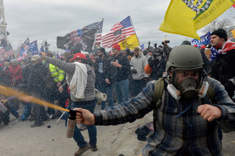 Demonstranti tokom sukoba s policijom i snagama bezbednosti ispred zgrade američkog Kapitola, Vašington, 06. januar 2021. (Foto: Joseph Prezioso/AFP via Getty Images)