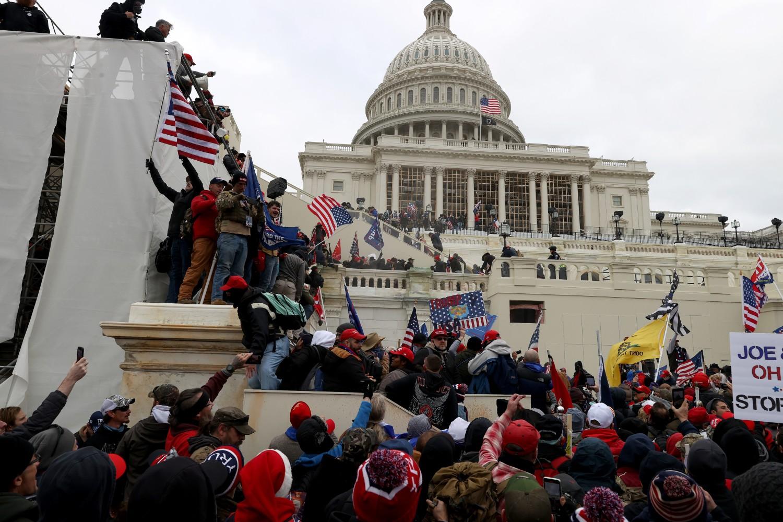 Demonstranti ispred Kapitola tokom protesta zbog rezultata američkih predsedničkih izbora, Vašington, 06. januar 2021. (Foto: Tasos Katopodis/Getty Images)