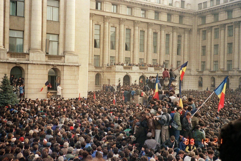 Građani Bukurešta sa rumunskim zastavama tokom antikomunističkih demonstracija na Trgu Republike, 21. decembar 1989. (Foto: AFP/Getty Images)