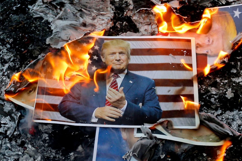 Posteri sa likom američkog predsednika Donalda Trampa gore tokom protesta u Teheranu, 11. decembar 2017. (Foto: Atta Kenare/AFP/Getty Images)