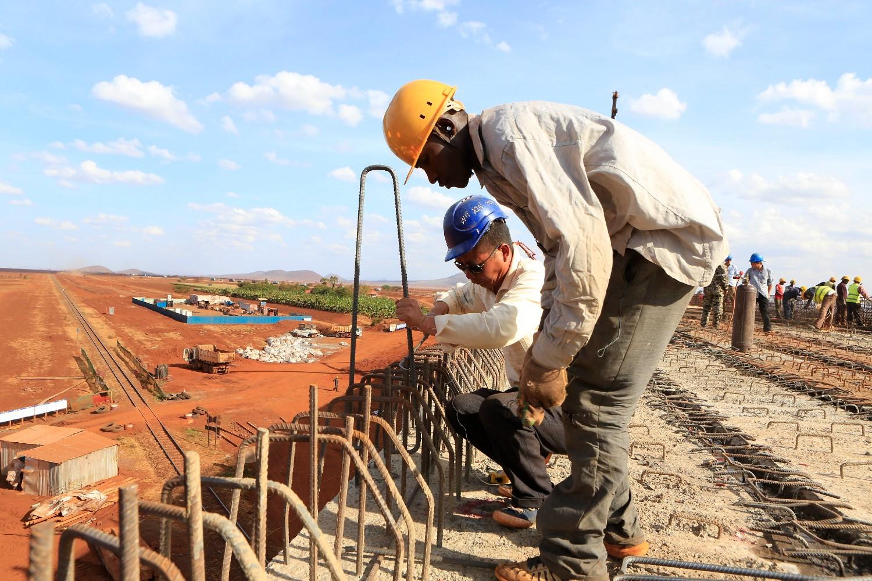 Kineski inženjer i lokalni građevinski radnik tokom izgradnje železničke pruge od Mombase do Najrobija, Emali (Kenija), 10. oktobar 2015. (Foto: Reuters/Noor Khamis)