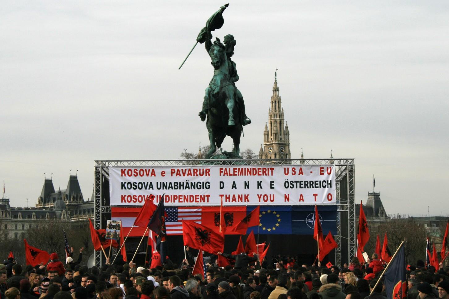 Albanci u Beču proslavljaju proglašenje jednostrane nezavisnosti Kosova od Srbije, 17. februar 2008. (Foto: Wikimedia/Tsui)