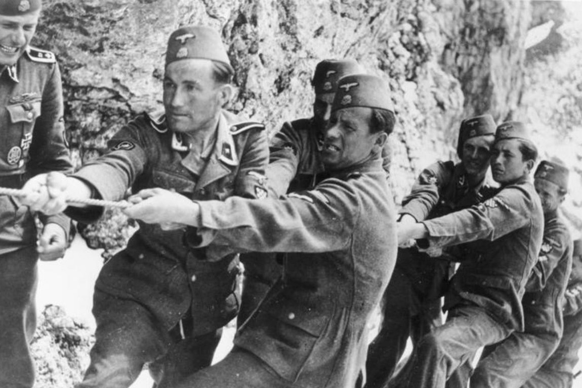 Pripadnici 13. SS Handžar divizije tokom delovanja u planinama, maj 1944. (Foto: Bundesarchiv, Bild 146-1974-149-23/Seidel/CC-BY-SA 3.0)