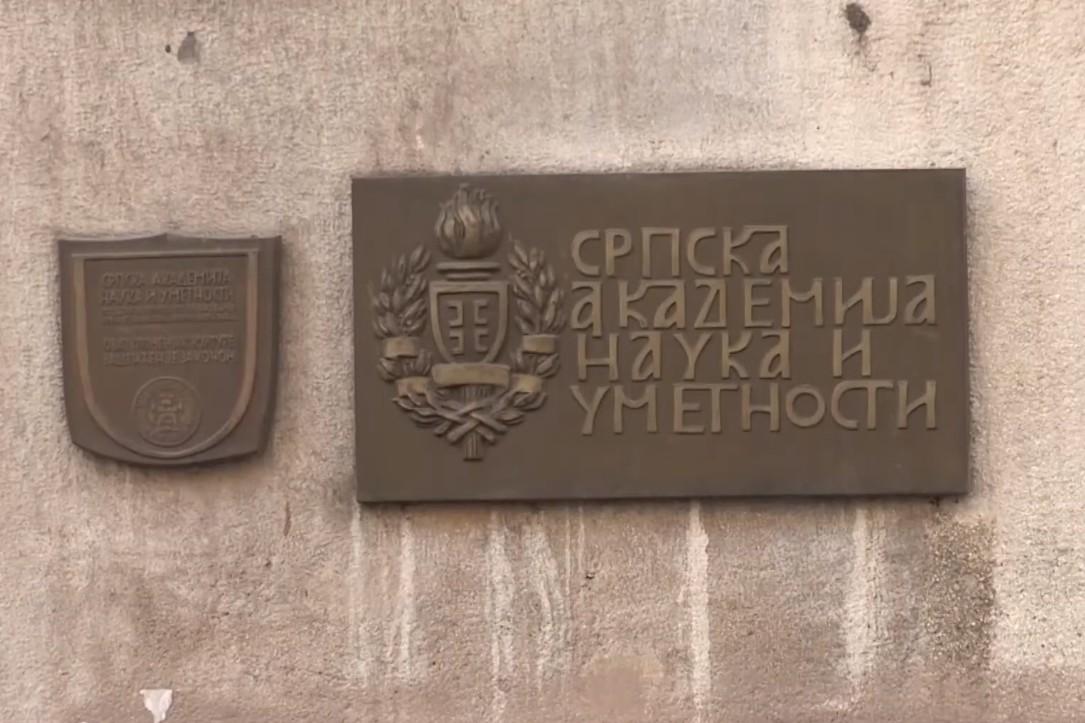 Tabla na ulazu u zgradu SANU u Knez Mihailovoj ulici u Beogradu (Foto: Snimak ekrana/TV Hram)