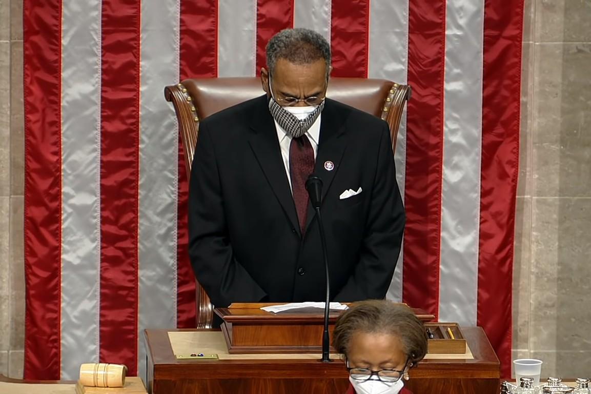 Kongresmen iz redova Demokratske stranke Emanuel Kliver tokom čitanja molitve na otvaranju Kongresa, 04. januar 2021. (Foto: Snimak ekrana/The Hill)