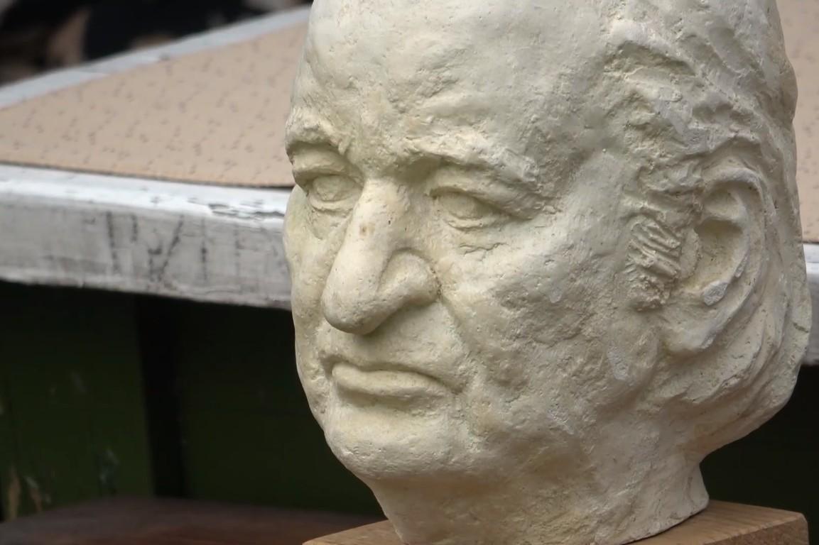 Биста филозофа Радомира Константиновића изложена у дворишту његове родне куће у Ивањици (Фото: Снимак екрана/Нови Оптимизам)