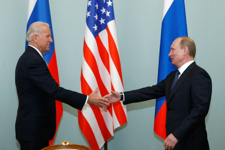 Američki potpredsednik Džo Bajden i ruski premijer Vladimir Putin tokom sastanka u Moskvi, 10. mart 2011. (Foto: AP Photo/Alexander Zemlianichenko)