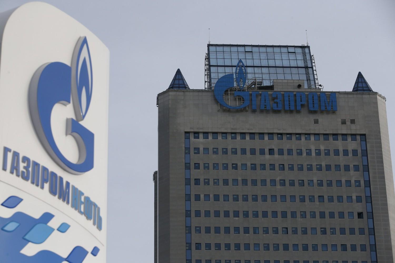 Benzinska stanica Gasprom njeft u blizini sedišta ruskog proizvođača prirodnog gasa Gasprom u Moskvi (Foto: Reuters/Maxim Zmeyev)