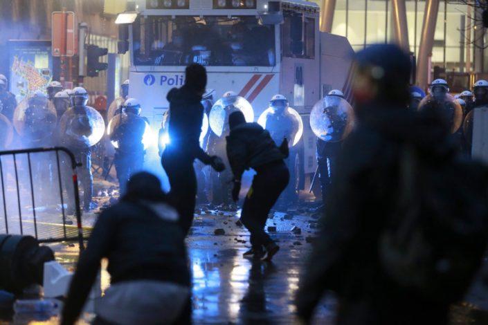 Veliki neredi u Briselu, zapaljene policijske stanice i vozila