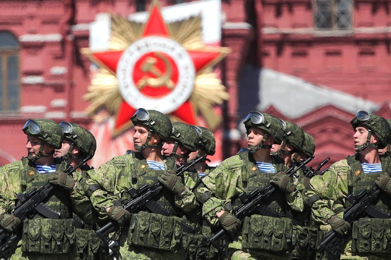 Pripadnici ruskih oružanih snaga tokom Parade pobede u Moskvi, 24. jun 2020. (Foto: TASS/kremlin.ru)