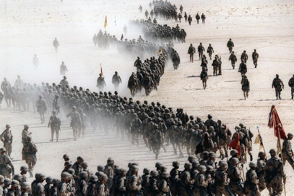 Pripadnici američke vojske tokom razmeštanja u saudijskoj pustinji prilikom priprema za Zalivski rat, 04. novembar 1990. (Foto: AP Photo/Greg English)