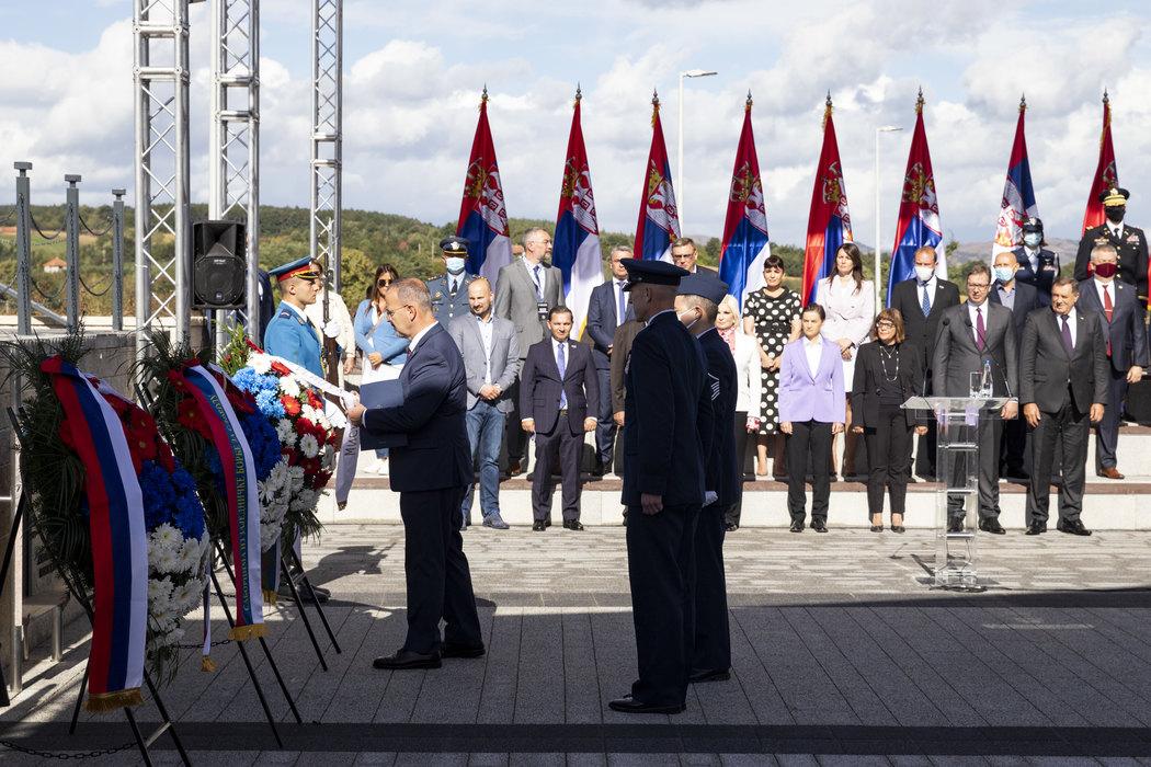 Američki ambasador u Srbiji Entoni Godfri tokom polaganja venca na spomenik u okviru kompleksa na Galovića polju, Pranjani, 26. septembar 2020. (Foto: Tanjug/Andrija Vukelić)