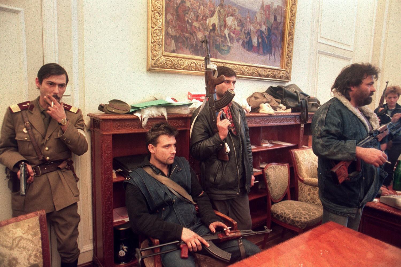 Vojnici i naoružani civili u kancelariji svrgnutog rumunskog lidera Nikolaja Čaušeskua, dan nakon njegovog pogubljenja, Bukurešt, 26. decembar 1989. (Foto: Patrick Hertzog/AFP/Getty Images)