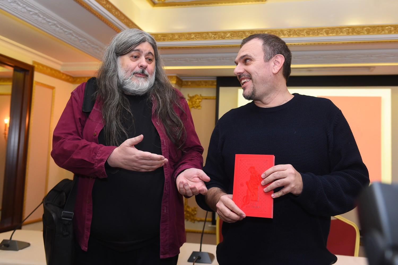 Teofil Pančić, predsednik žirija za dodelu NIN-ove nagrade sa prošlogodišnjim pobednikom Sašom Ilićem (Foto: Tanjug/Dragan Kujundžić)