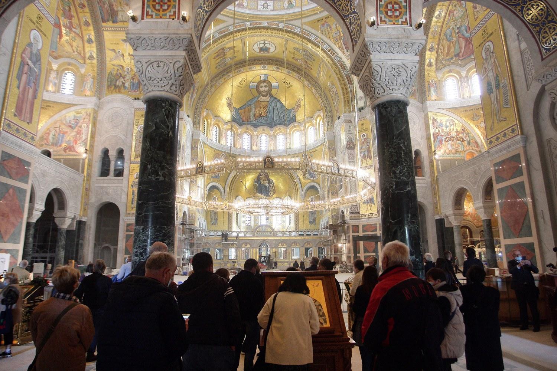 Građani posmatraju mozaik unutar Hrama Svetog Save (Foto: Tanjug/Sava Radovanović)