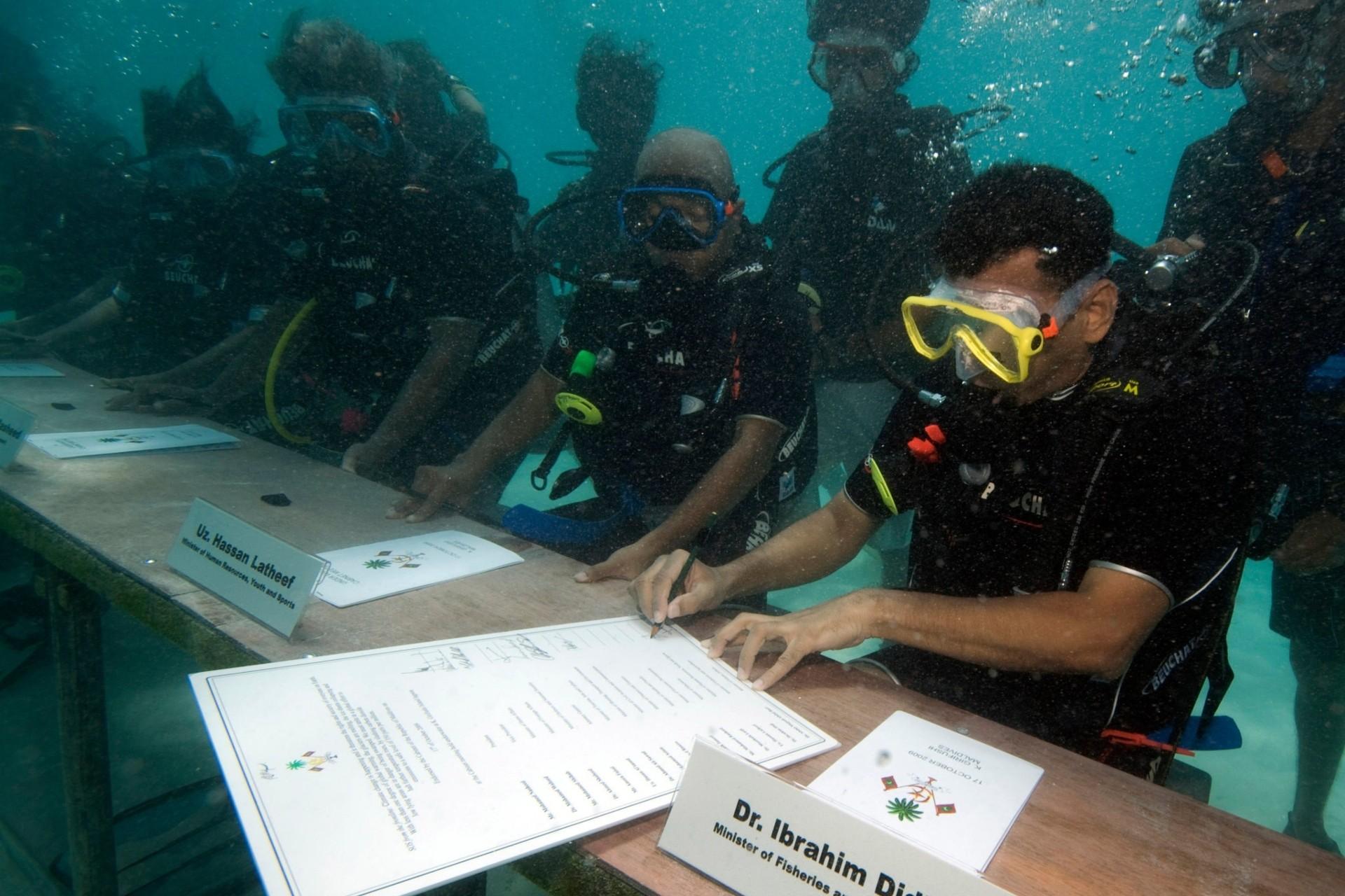 Ibrahim Didi, ministar za ribarstvo i poljoprivredu Maldiva, sa ostalim članovima vlade tokom podvodne sednice organizovane radi isticanja pretnje od globalnog zagrevanja, 17. oktobar 2009. (Foto: AP Photo/Mohammed Seeneen)