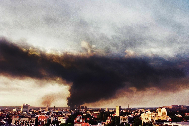 Pogođena rafinerija nafte u Novom Sadu tokom NATO agresije 1999. (Foto: Tanjug/Jaroslav Pap)