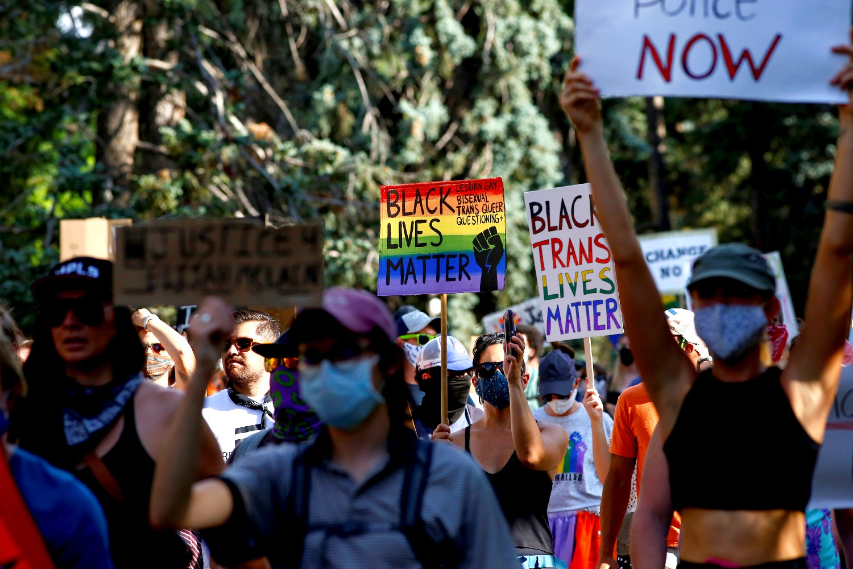 Demonstranti sa LGBTQ transparentima u okviru protesta pokreta Black Lives Matter, Denver (Kolorado), 14. jun 2020. (Foto: Reuters/Kevin Mohatt)