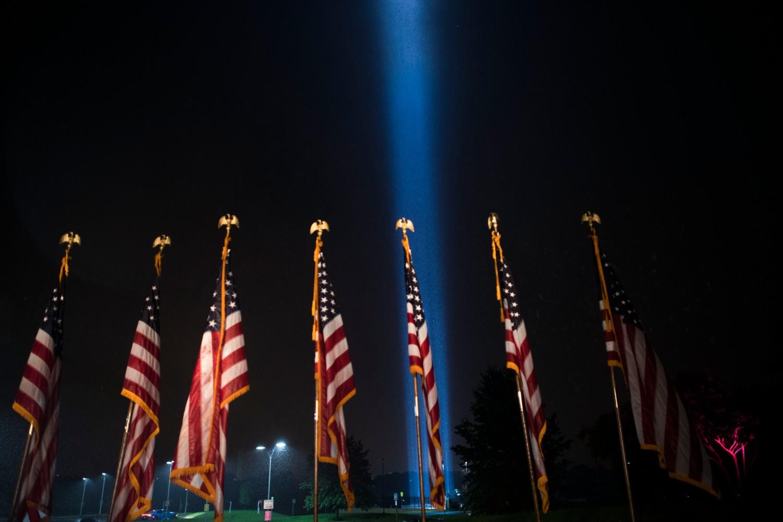 Američke zastave noću ispred Pentagona (Foto: Lisa Ferdinando, DOD)