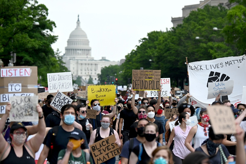 Demonstranti tokom protesta zbog ubistva Džordža Flojda ispred zgrade američkog Kapitola u Vašingtonu, 06. jun 2020. (Foto: Reuters/Erin Scott)