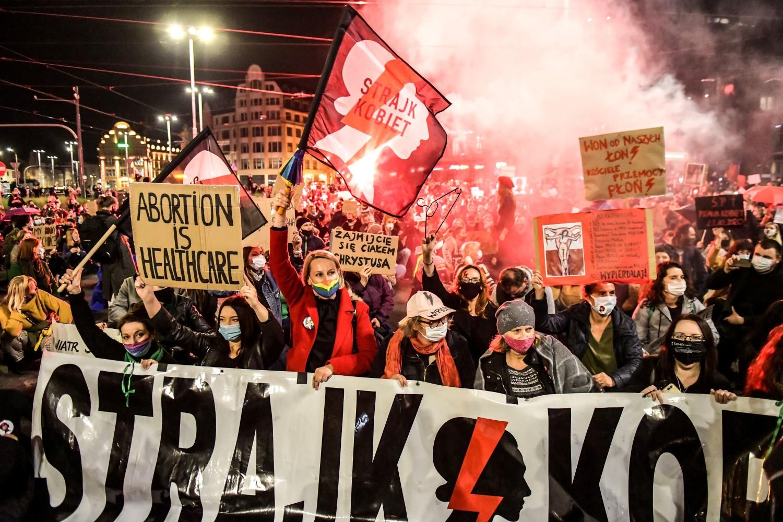 Demonstranti tokom protesta protiv presude poljskog Ustavnog suda kojom se uvodi gotovo potpuna zabrana abortusa, Vroclav, 26. oktobar 2020. (Foto: Tomasz Pietrzyk/Agencja Gazeta via Reuters)