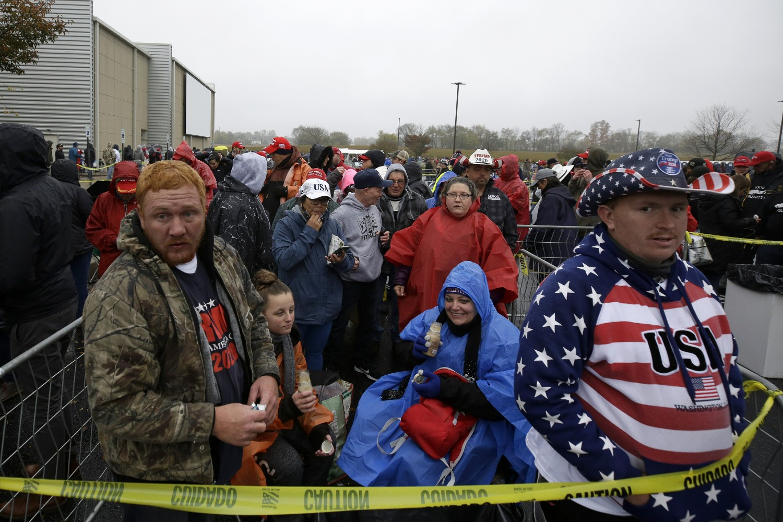 Trampove pristalice neposredno uoči njegovog predizbornog mitinga na aerodromu Lankaster, Litic (Pensilvanija), 26. oktobar 2020. (Foto: AP Photo/Jacqueline Larma)