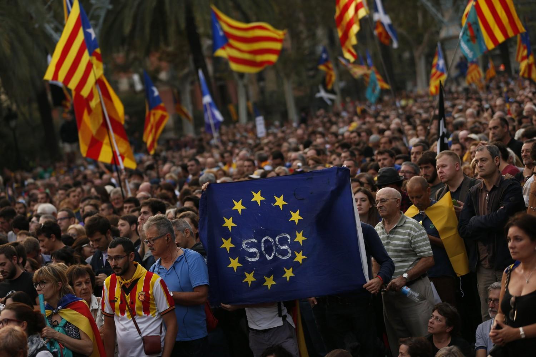 Pristalice nezavisnosti španske pokrajine Katalonije sa zastavom Evropske unije tokom skupa u Barseloni, 10. oktobar 2017. (Foto: AP Photo/Francisco Seco)