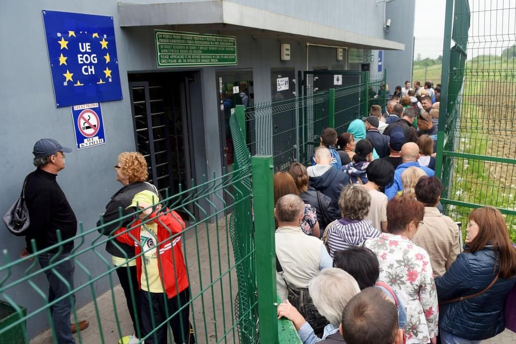 Ukrajinci čekaju u redu za ulazak u Poljsku prvog dana bezviznog pristupa EU u junu 2017. (Foto: Yuri Dyachyshyn/AFP/Getty Images)