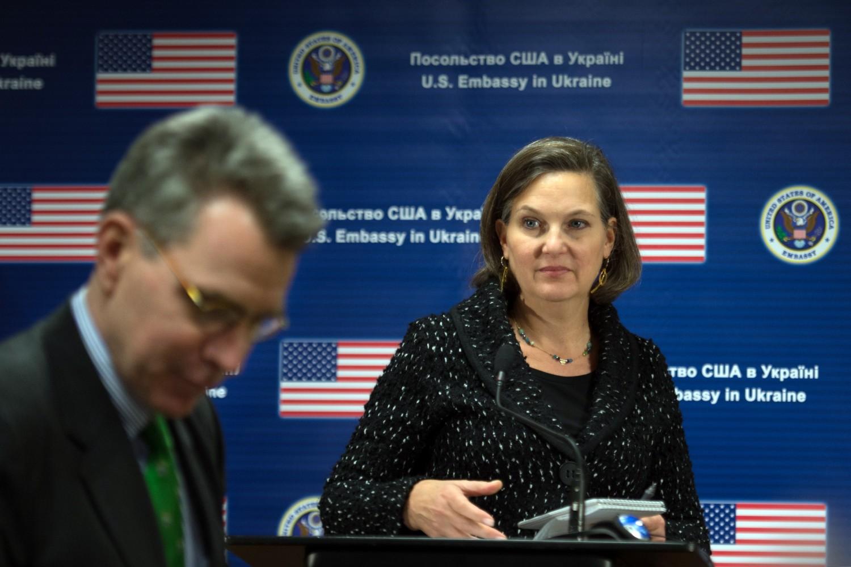 Pomoćnica američkog državnog sekretara za evropska i evroazijska pitanja zajedno sa američkim ambasadorom u Ukrajini Džofrijem Pjatom tokom konferencije za medije u zgradi američke ambasade u Kijevu, 07. februar 2014. (Foto: Martin Bureau/AFP/Getty Images)