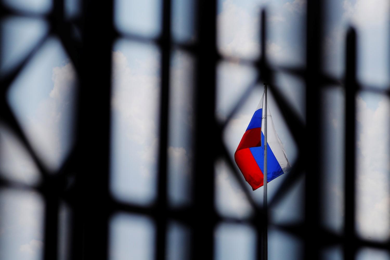 Ruska zastava na vrhu ambasade Rusije u Vašingtonu (Foto: Reuters/Brian Snyder)