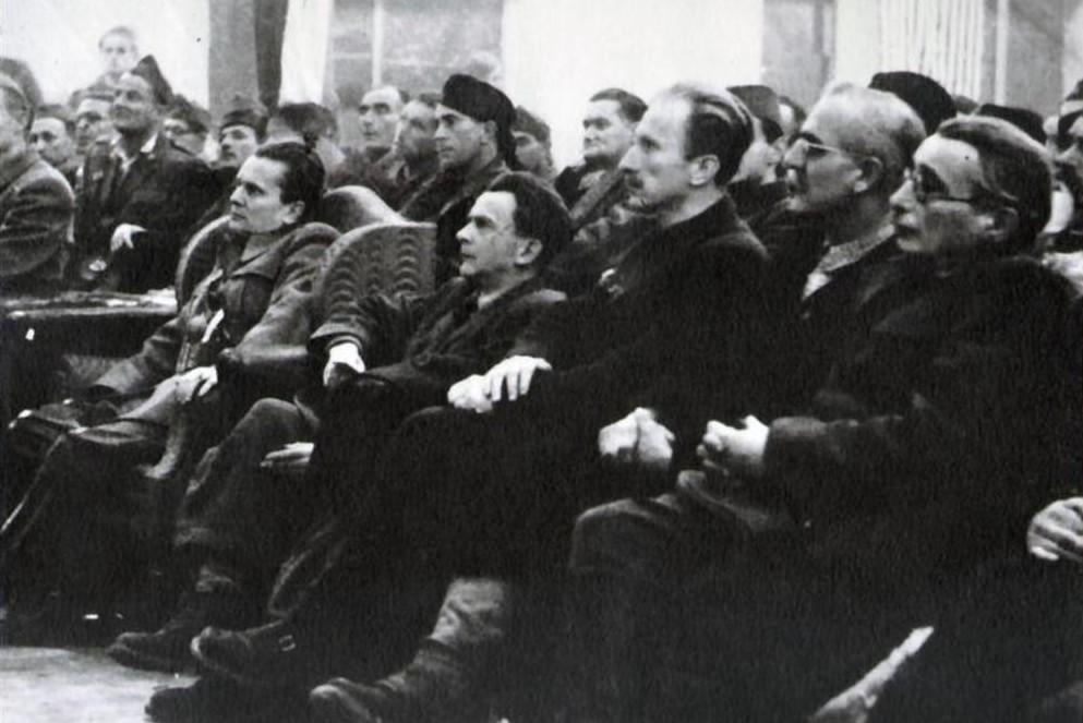 U prvom redu, sleva nadesno, sede Josip Broz Tito, Josip Vidmar, Edvard Kocbek, Josip Rus i Moša Pijade tokom Drugog zasedanja AVNOJ-a u Jajcu, 29. novembar 1943. (Foto: Wikimedia/Digital Library of Slovenia, S3SWK8OI)