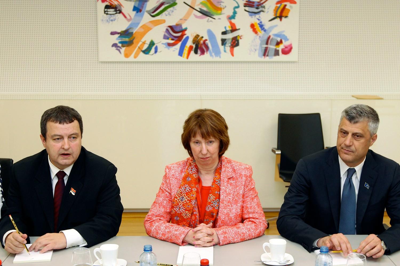 Premijer Srbije Ivica Dačić, visoka predstavnica Evropske unije za spoljnu politiku i bezbednost Ketrin Ešton i Hašim Tači poziraju nakon potpisanog Briselskog sporazuma u sedištu NATO u Briselu, 19. april 2013. (Foto: Pool photo by Yves Logghe)