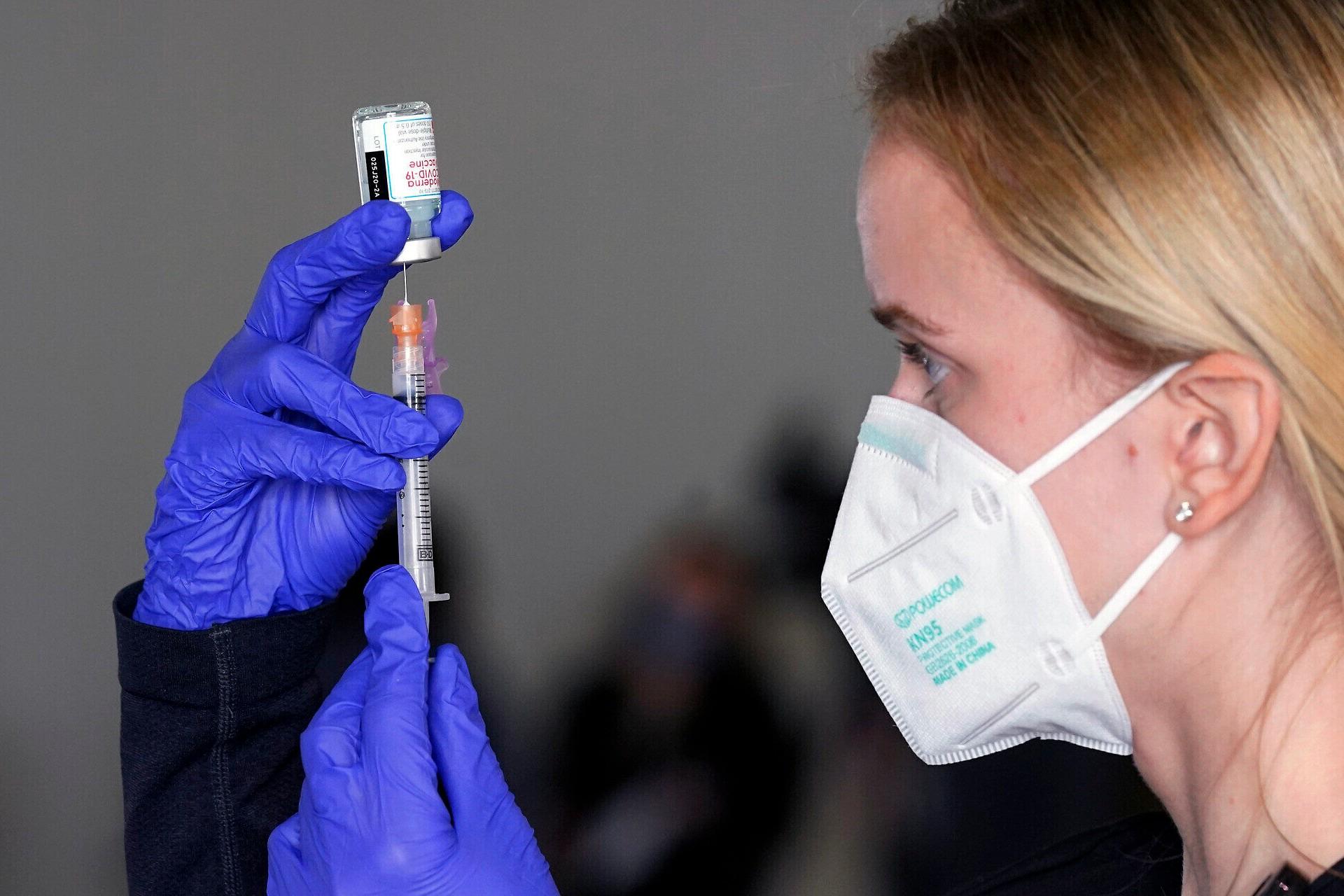 Medicinska sestra priprema vakcinu protiv koronavirusa, Sakramento (Kalifornija), 21. januar 2021. (Foto: AP Photo/Rich Pedroncelli)