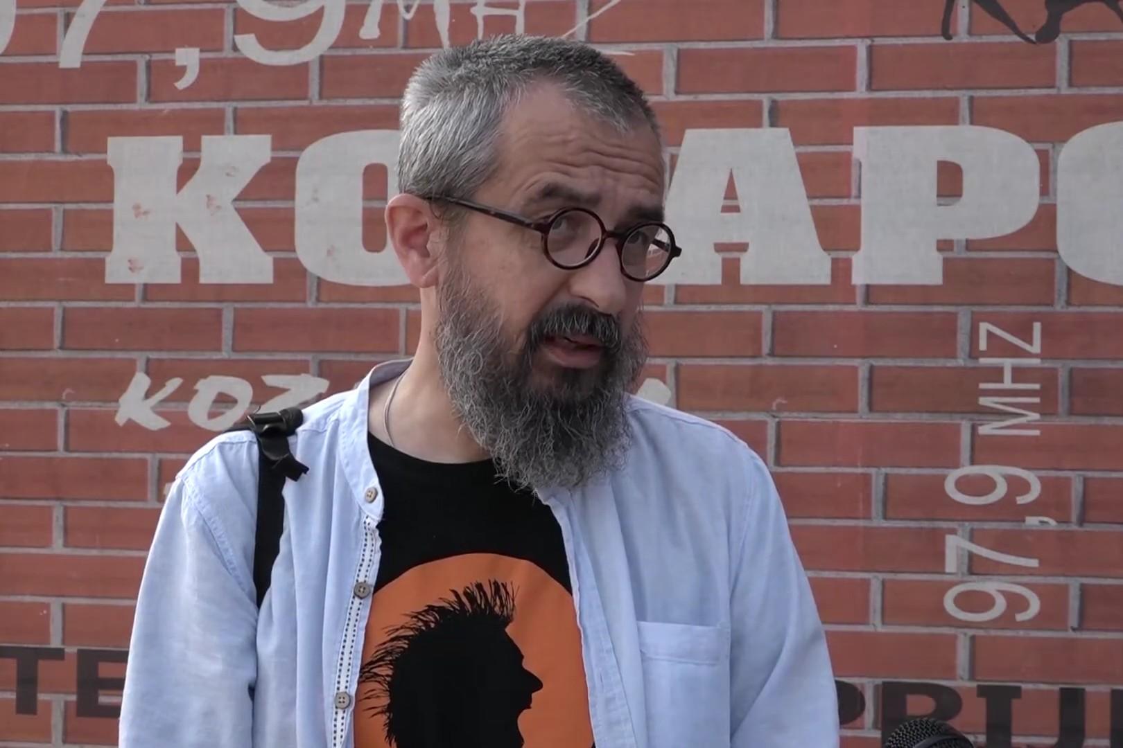 """Darko Cvijetić, autor romana """"Što na podu spavaš"""" i jedan od finalista izbora za ovogodišnju NIN-ovu nagradu (Foto: Snimak ekrana/Jutjub/Kozarski Vjesnik)"""