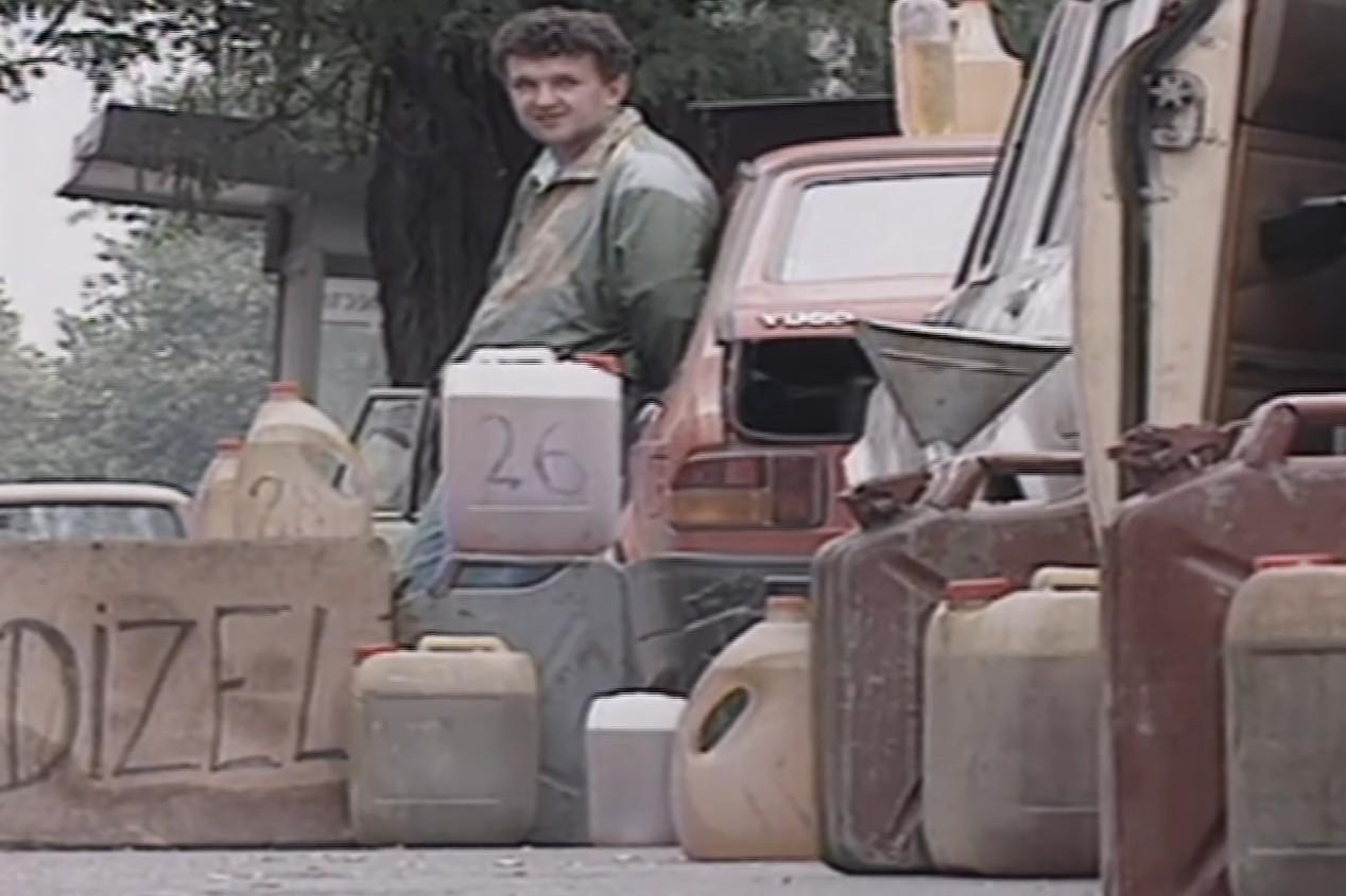 Ulični prodavci goriva na beogradskim ulicama, 18. avgust 1995. (Foto: Snimak ekrana/Jutjub/RUDAR 7)