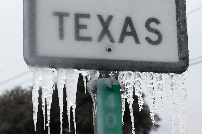 "Saobraćajna tabla sa natpisom ""Teksas"" okovana ledom usred zimske oluje, 18. februar 2021. (Foto: Joe Raedle/Getty Images)"