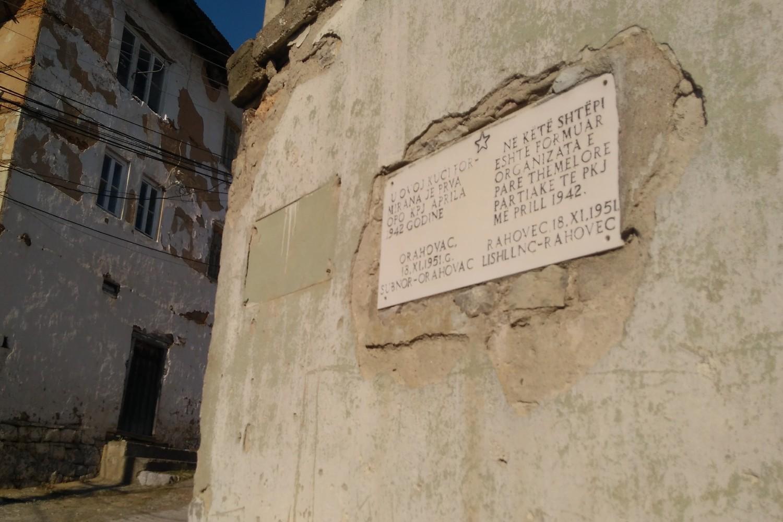 Spomen-ploča na kući u kojoj je formiran prvi Omladinski pokret KPJ aprila 1942. godine u Orahovcu (Foto: Radomir Jovanović/Novi Standard)