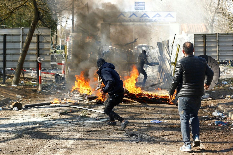 Migranti u sukobu sa grčkom policijom na grčko-turskoj granici, 29. februar 2020. (Foto: Reuters/Huseyin Aldemir)
