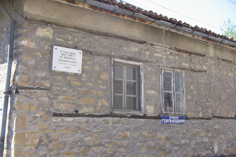 Kuća sa spomen-pločom u Svištovu kojoj je potpisan Svištovski mir 1791. (Foto: Wikimedia/Mincov, CC BY 3.0)
