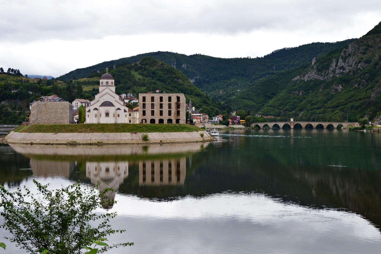 Pogled na Andrićgrad i čuveni most na Drini u Višegradu (Foto: Wikimedia/Ceca Novakovic, CC BY-SA 4.0)