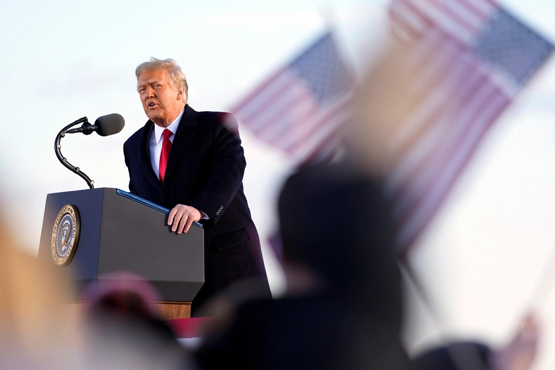 Američki predsednik Donald tokom obraćanja svojim pristalicama neposredno pre ukrcavanja na predsednički avion u vazduhoplovnoj bazi Endrjus (Merilend), 20. januar 2021. (Foto: AP Photo/Manuel Balce Ceneta)