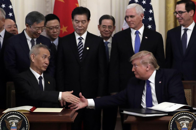Američki predsednik Donald Tramp tokom rukovanja sa kineskim vicepremijerom Liu Heom, nakon potpisivanja trgovinskog sporazuma u Beloj kući, Vašington, 15. januar 2020. (Foto: AP Photo/Evan Vucci)