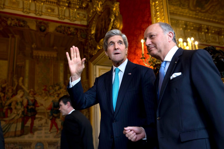 Američki državni sekretar Džon Keri maše medijima tokom sastanka sa francuskim ministrom spoljnih poslova Loranom Fabijusom, Pariz, 30. mart 2014. (Foto: Reuters/Jacquelyn Martin)