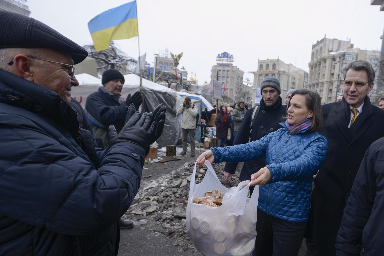 Pomoćnica američkog sekretara za evropska i evroazijska pitanja Viktorija Nuland u pratnji američkog ambasadora u Ukrajini Džofrija Pjata u čuvenoj sceni ponude keksa proevropskim demonstrantima na Trgu nezavisnosti u Kijevu, 11. decembar 2013. (Foto: AP Photo/Andrew Kravchenko)