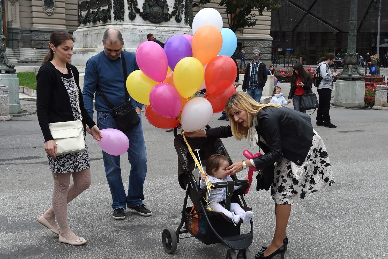 Roditelji sa detetom tokom obeležavanja Međunardonog dana porodice na Trgu Republike, Beograd, 15. maj 2016. (Foto: Tanjug/Dragan Kujundžić)