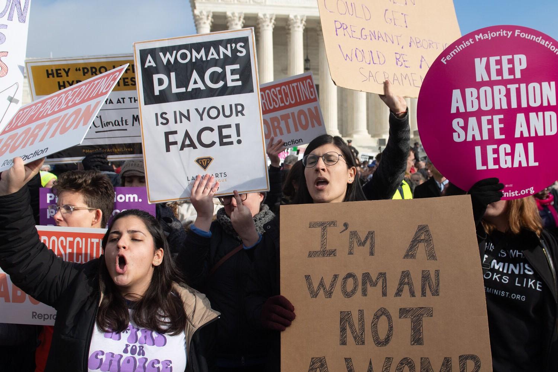 Pobornice abortusa sa transparentima tokom jednog protesta ispred američkog Vrhovnog suda, Vašington, 18. januar 2019. (Foto: Saul Loeb/AFP/Getty Images)