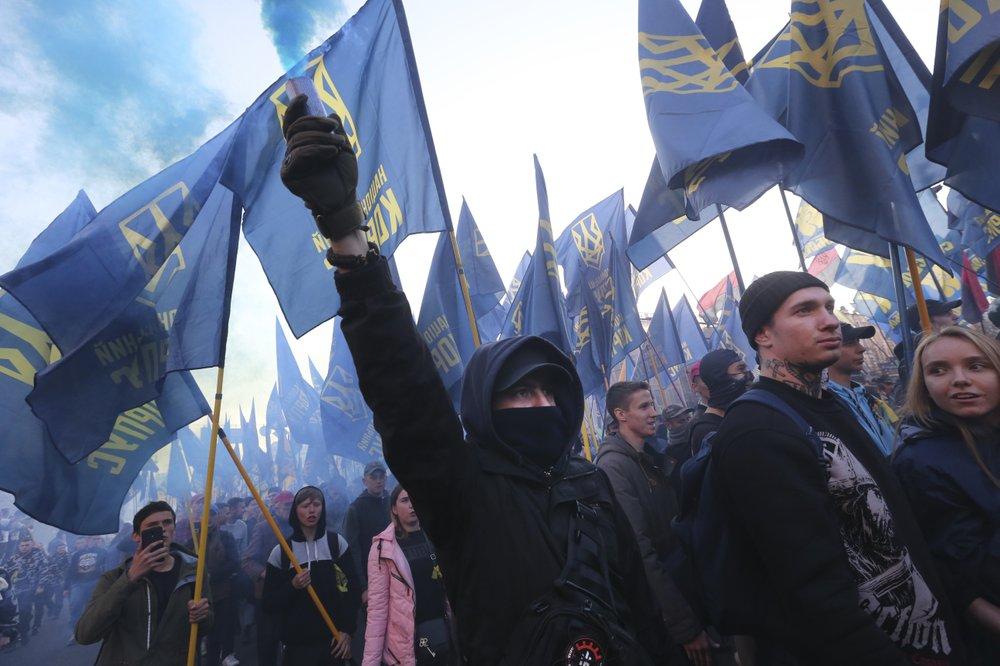 Pripadnici nacionalističkih pokreta sa bakljama tokom obeležavanja Dana branilaca Ukrajine, Kijev, 14. oktobar 2018. (Foto: AP Photo/Efrem Lukatsky)