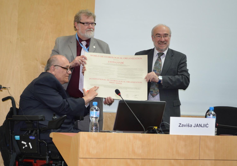 Predsednik SMO Dejvid Grajms i generalni sekretar SMO Mišel Žaro tokom dodeljivanja IMO nagrade prof. Zaviši Janjiću, Ženeva, 22. maj 2013. (Foto: Flickr/World Meteorological Organization, CC BY-NC-ND 2.0)