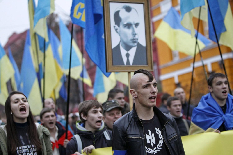 Ukrajinski nacionalisti sa uramljenom slikom Stepana Bandere i zastavama tokom jednog skupa u Kijevu 2013. (Foto: Reuters/Gleb Garanich)